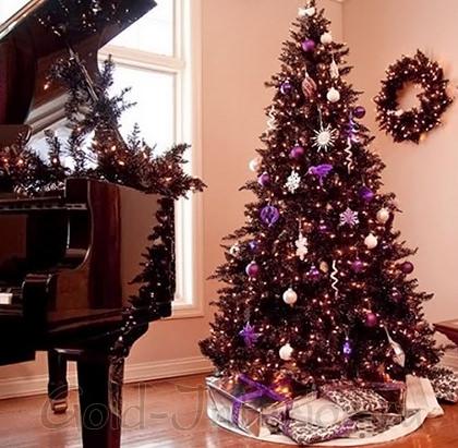 Тёмно-фиолетовая ёлка с сиреневыми игрушками