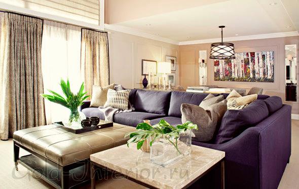 Тёмно-фиолетовый диван в гостиной