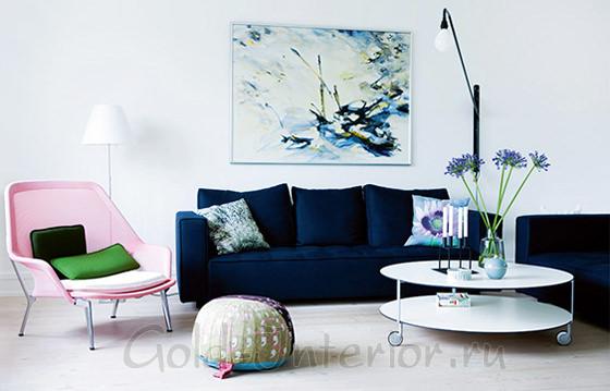 На фото в интерьере гостиной - тёмный синий диван и светло-розовое кресло