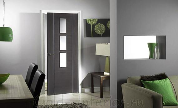 Тёмно-серая дверь и светлый пол