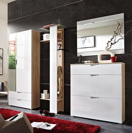 Тёмно-серые стены, красный ковёр и белая мебель в прихожей
