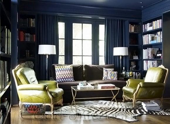 Тёмно-синий плюс зеленовато-цитрусовый оттенки в интерьере гостиной