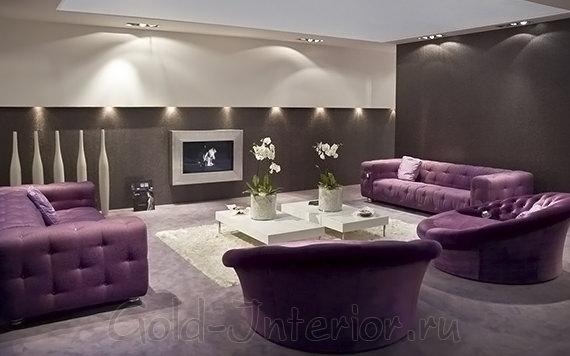 Тёмно-сиреневые диваны + шоколадные стены