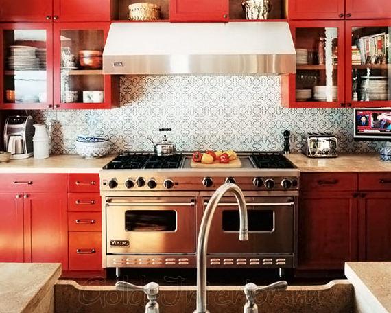 Тёплый латунный блеск в сочетании с красным цветом