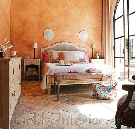 Терракотовый цвет и фактурные поверхности в дизайне спальни