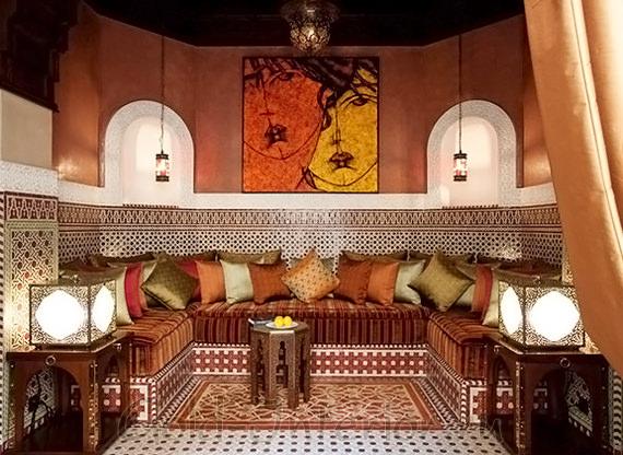 Терракотовый цвет и ягодные оттенки в гостиной восточного стиля