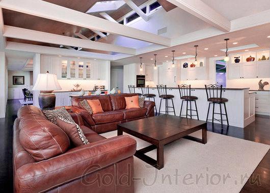 Терракотовый диван и оранжевые подушки