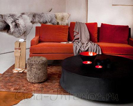 Терракотовый диван и светло-серые аксессуары