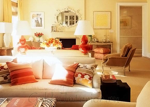 Терракотовый, льняной, сливочный и коралловый цвета в декоре гостиной