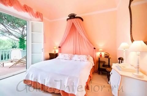 Три персиковых оттенка в интерьере спальни