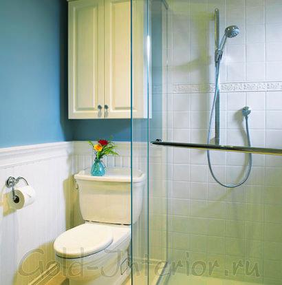 Тусклый жёлтый в сочетании с голубым цветом в совмещённой ванной