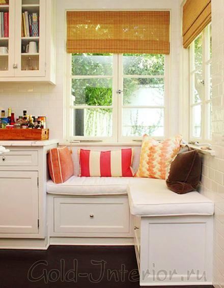 Угловой диван на кухне с подушками и ящиками