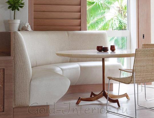 Угловой кухонный диван бежевого цвета в интерьере столовой