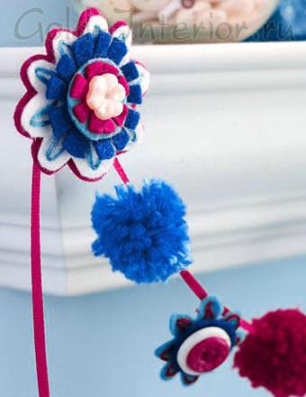 Украшение интерьера детской комнаты цветами из нитей и ткани