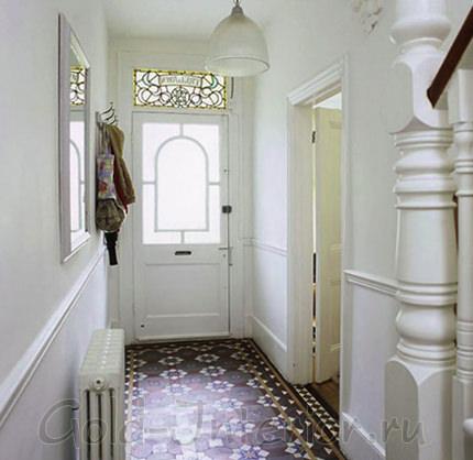 Узорная напольная плитка и белый фон