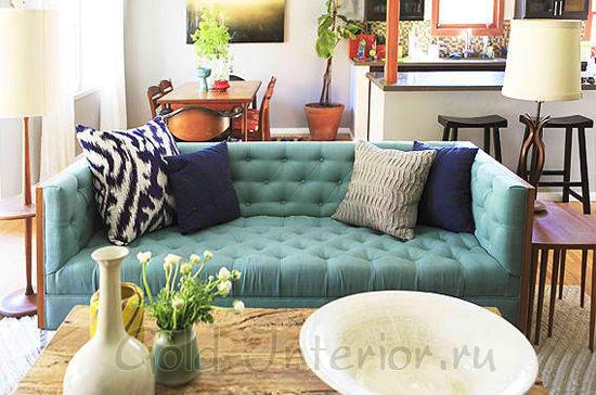 В гостиной - бирюзовый мягкий диван и тёмно-синие подушки
