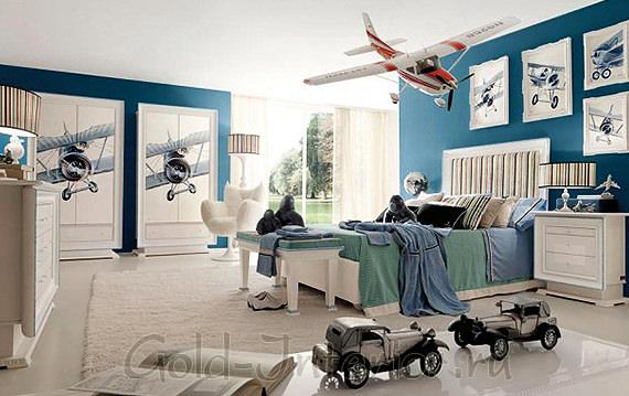 В интерьере комнаты мальчика: лазурно-синие стены + мебель белого цвета