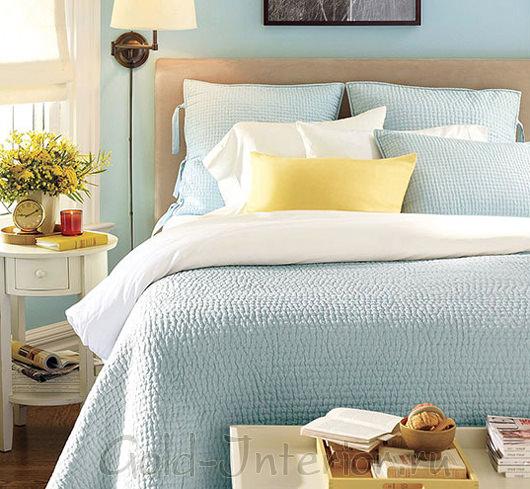 Ванильный голубой и бледный лимонный оттенки в интерьере спальни