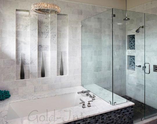 Ванна и душевая кабина в просторной ванной комнате