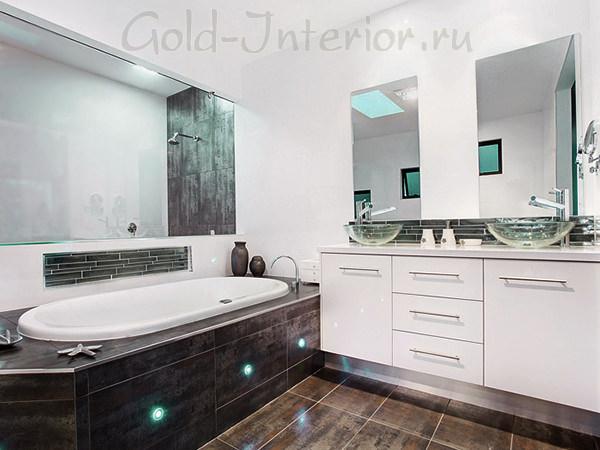 Ванная комната с белой мебелью