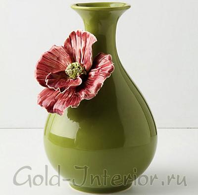 Ваза с цветком, покрытая глазурью оливкового цвета