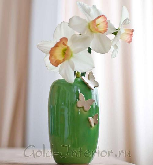 Зелёная керамическая ваза с белыми бабочками