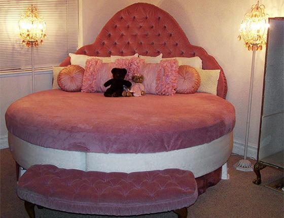 Велюровая круглая спальная кровать розового цвета