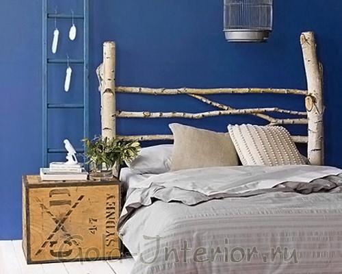 Ветки берёзы у изголовья кровати в интерьере спальни