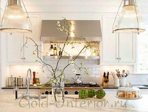 Ветки с цветками в интерьере кухни