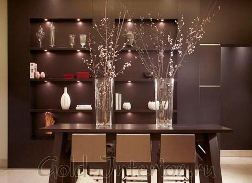 Высокие прямоугольные вазы в коричневом интерьере