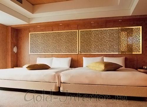 Вытянутое зеркало с золотым орнаментом