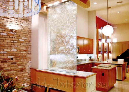 Изящный водопад в качестве перегородки между кухней и столовой