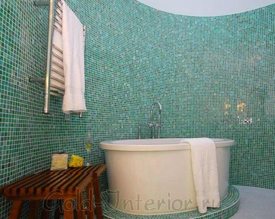 Все боковые стены и пъедистал под ванной декорированы мозаикой