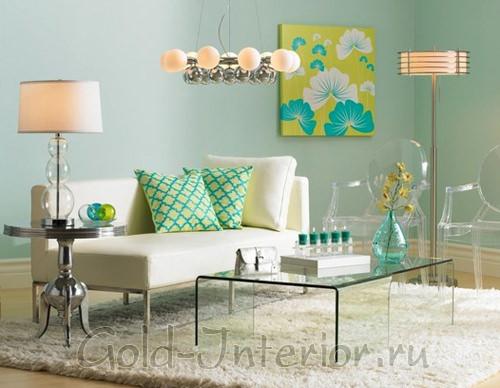Вся мебель расположена в центре комнаты