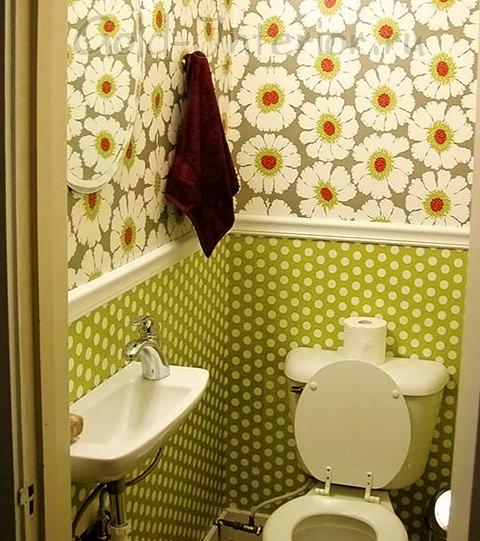 Яркие настенные принты в декоре маленького туалета