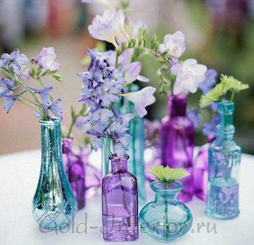 Яркие стеклянные вазы в сиренево-голубой гамме