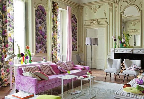 Яркий интерьер с лиловым диваном