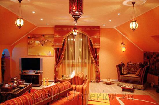 Яркий жёлто-красный арабский стиль в гостиной размером 20 кв м