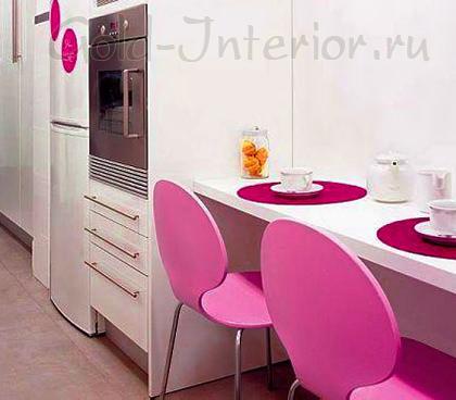 Яркий розовый акцент в дизайне кухни
