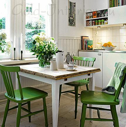 Зелёные стулья на кухне 8 кв м
