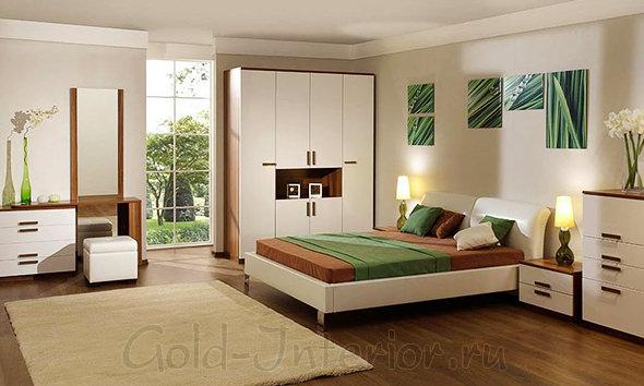 Зелёные аксессуары, дерево и белая мебель в спальне
