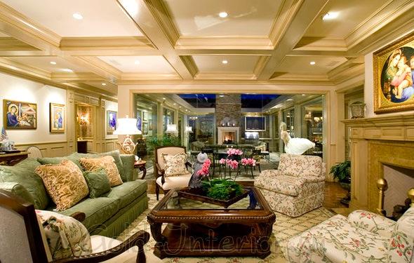 Зелёный диван с подушками горчичного оттенка в интерьере гостиной