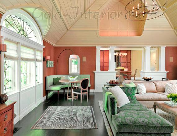 Зелёный диван с примесью серого и терракотовые стены