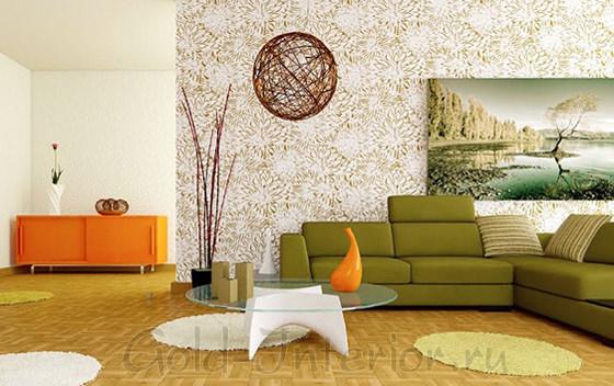 Зелёный диван, светлый фон и оранжевые аксессуары
