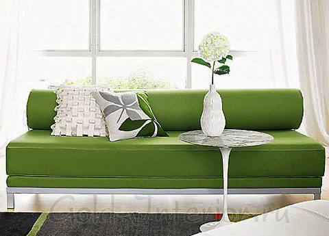 Зелёный диван в белом интерьере