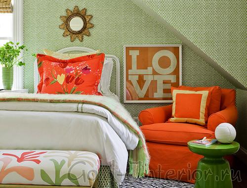 Зелёный и оранжевый цвет в спальне