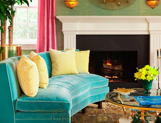 Зеленовато-голубой диван с жёлтыми подушками