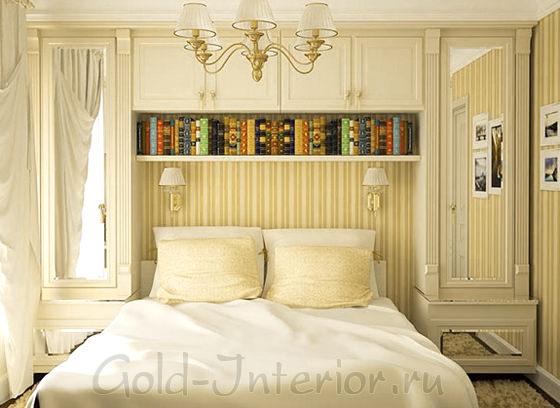 Зеркала и светлая гамма в классическом интерьере спальни
