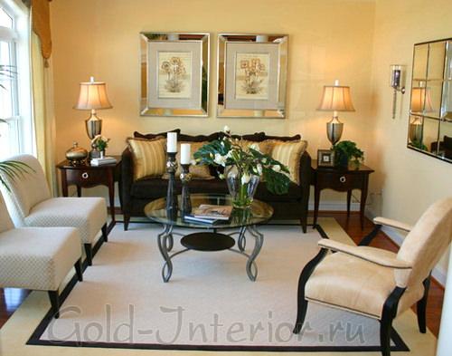 Зеркальная плитка и зеркальные картины в интерьере гостиной в хрущёвке