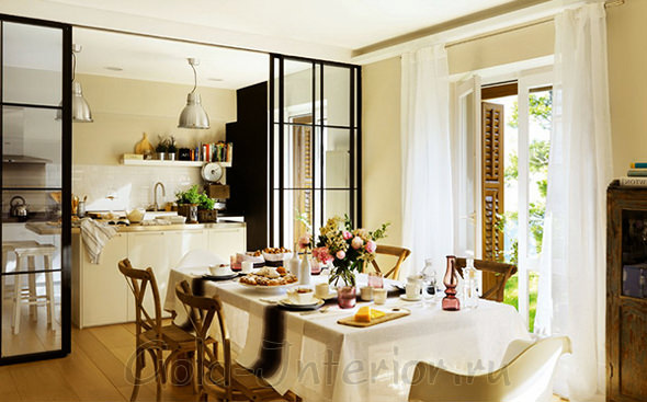 Зеркальные раздвижные двери в интерьере кухни-столовой-гостиной